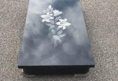 Slēgta granīta kapu apmale ar zīmējumu