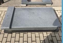 Gaiši pelēka granīta kapu apmale, sarkofāga tipa