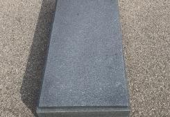 Standarta kapu apmale no tumši pelēka granīta, slēgta