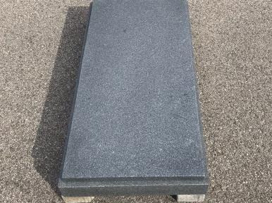 Стандартная надгробная плита из темно-серого гранита, закрытая