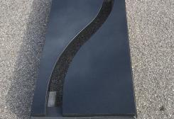 Vienvietīga kapu apmale no melna granīta, daļēji slēgta