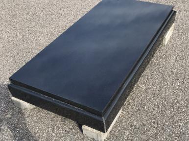 Vienvietīga kapu apmale no melna granīta, slēgta old