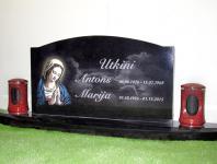 Большой гранитный памятник на кладбище