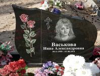 Полированный памятник с розами