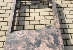 Divvietīga kapu apmale no sarkanbrūna granīta, daļēji slēgta