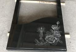 Divvietīga no melna granīta kapu apmale ar zīmējumu
