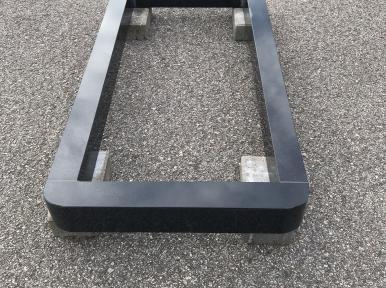 Надгробная плита из черного гранита, закрытая