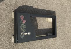 Melna  granīta kapu apmale ar zīmējumu, daļēji slēgta