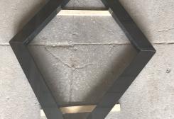 Romba forma kapu apmale no melna granīta