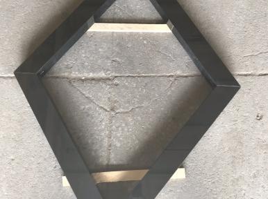 Надгробная плита в форме ромба из черного гранита