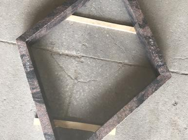 Romba forma ziedu kapu apmale no sarkanbrūna granīta