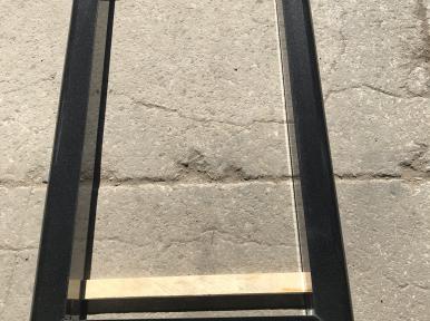 Kapu apmale no melna granīta ar noapaļotam faskam